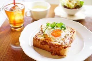 フダンカフェ - special toast breakfast 目玉焼きのせミートソース (¥900)