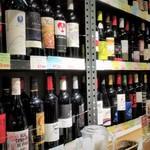 SUI de vin - 壁にワインが並んでいます。スペイン、フランスをはじめ各国のワイン揃っています。すごくリーズナブルです。