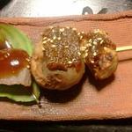 やまた旅館 - 山法師の葉の上に、ジャガイモとこんにゃくの味噌田楽。