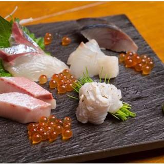 【新鮮魚介】を使ったお造りの盛り合わせ