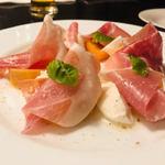 101089631 - 富有柿と水牛モッツァレラ生ハムのカプレーゼ(1,980円)