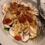 山屋バル - フレッシュマッシュルームのアンチョビガーリックオイル掛けサラダ