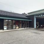 二三味珈琲 cafe - 平屋の建屋とガレージを使った屋外スペース。手前の駐車場は車が一杯です。