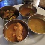 インドレストラン バーワルチー - 左手前:チキンカレー 左奥:ポテト 右奥:野菜 右手前:ラッサム