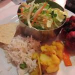 インドレストラン バーワルチー - 右奥から時計まわりで、チキンティッカ・オニオンピクルス・ポテトのアチャール・ベジタブルライス・パパド 中央奥:サラダ