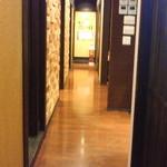 精肉問屋直営焼肉店 やきにくの蔵 - 個室廊下