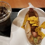 カフェ・ベローチェ - 焼きたてドッグ スパイシータコス(390円)/Lアイスコーヒー(250円)