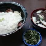 大手食堂 - 牛とろ丼&しいたけ汁(漬物はフリー)