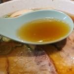 101122896 - 少し油の浮いた鶏ガラの醤油スープ