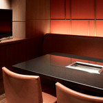 焼肉チャンピオン - 4~5名個室:37型テレビを完備。落ち着いた色合いの室内はファミリーでの利用はもちろん、ママ会や女子会にも最適。
