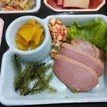 由布島レストラン - お漬物・ミミガーシークァーサー風味・海ぶどう・沖縄黒糖煮