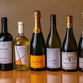 世界から取り寄せるワインが人気。バーならではのカクテルも◎