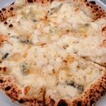 101130112 - 4種類のチーズピッツァ(ピッツァマン オオイマチ)
