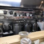 煮干鰮らーめん 圓 - 厨房 綺麗に手入れされています!
