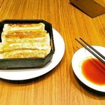 Benitoragyouzabou - 鉄鍋棒餃子<5本>(抜¥620)