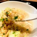 101136657 - 蟹あんかけ焼き飯。半分を中華粥にも使うスープが入っていて、崩して浸して食べる形。中華粥とリゾットの間くらいの食感ですが、焼飯なのでもう少し芯はある、面白いバランス
