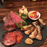 ワイン食堂 イタダキヤ - 前菜盛り合わせ(小) 鯖の燻製 自家製ローストビーフが美味しかったなぁ♬