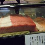 魚安 - 店内のネタケースには上物のマグロが。。