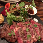 ワイン食堂 イタダキヤ - 大麦牛の網焼きステーキ ミディアムレアです♡