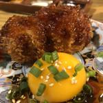 串揚げ とろろ鍋 華金 - すき焼きの串揚げ。卵の黄身がセクシー。