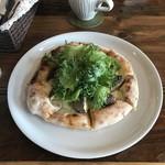 ピッツェリア ロッソ - 越前産原木しいたけ&リーフサラダのピザ