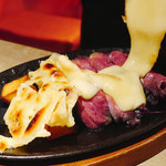 101168038 - ラクレットチーズ&超高温のローストビーフ