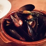 カジュアルワインバル moncozy - ムール貝の白ワイン蒸し