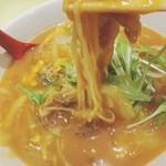 ごまめ家 - 中には豚肉も。とろみがあるスープで、麺が重い(笑)