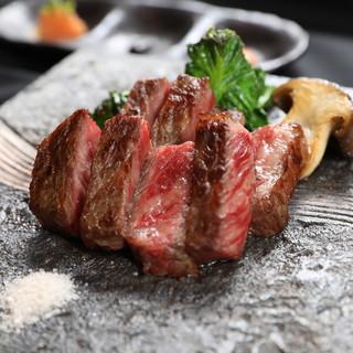 """様々な創作和食に盛り込まれた""""松阪牛""""を上品に味わうひと時。"""