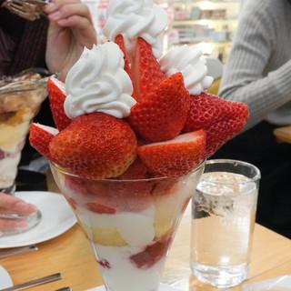 フルーツパーラー 弘法屋 - 料理写真:熊本ひとしうく苺パフェ