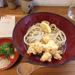 レンゲ - 料理写真:かしわ天ぶっかけ750円 カウンター前の壁が汚い。