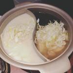 新宿駆け込み餃子 - 名古屋コーチン濃厚白濁炊き餃子とあおさ海苔とあさりの出汁餃子