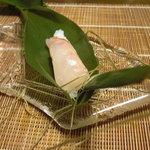 千松しま - 粽の中は喜知次の寿司。