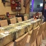 シルクロード・タリムウイグルレストラン - 内装もキッチンも庶民的ですがテーブルと椅子のカバーは豪華だったりします。