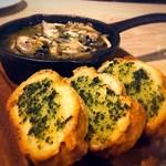 decollo - つぶ貝のブルギニヨンバター焼きとガーリックトースト♡