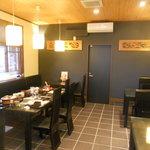 わらべ菜魚洞 - 入口付近のテーブル席