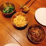 HAN COOK - ナムル三種盛り合わせ(緑は菜の花)金のボールがカワイイ