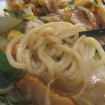リンガーハット - 麺は太めを使用してるというコトですが、まずまず標準的な太さと食感です。