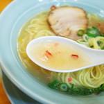 中華そば専門 大阪城 - 海老の風味が豊かで、鶏の旨みが凝縮した、まろやかな塩味のスープ