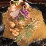 バガワーン・カレー - 刺身ミル貝スパイスライス」(辛さ無し) 「辛旨フリット海老と海老出汁のスパイスカレー」(中辛)のあいがけ