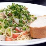 青いナポリ - 香潤鶏もも肉とたっぷりネギのオイルスパゲッティー