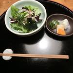 九つ井 - 【ステーキ丼】サラダ、香の物