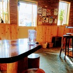 101270842 - 店内は木目調で清潔です。