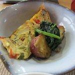食楽工房 キッチン・ふぁーむ - 小鉢は野菜をたくさん使ったオムレツとサツマイモにホウレン草とめっちゃヘルシー・・・