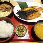 築地食堂源ちゃん - 〔日替〕金華サバ正油干しと鶏唐揚げ定食(¥920)。唐揚げもついてボリュームあり、ビジネスランチに最適
