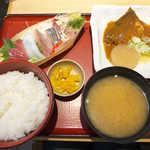 築地食堂源ちゃん - 〔日替〕鯖の味噌煮とお刺身定食(¥990)。中央のたくあん漬がパリパリでお気に入り