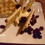 アイリッシュパブグリーンヒルズ - レーズンと拘りのクリームチーズ  クラッカー添え