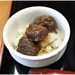 胡座 - 牛すじ 150円 甘辛い。油そば向けっぽいです。