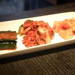 華火 - 『キムチ盛り合わせ』¥890円 白菜キムチは少しピリ辛。他のオイキムチとカクテキは歯ごたえもあり美味しいキムチでした。