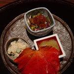 柳庵 - 前菜 秋の旬な食材で作ってあります。椎茸と菊といくらの小鉢、なめこ、柿といんげんとイカの和え物です